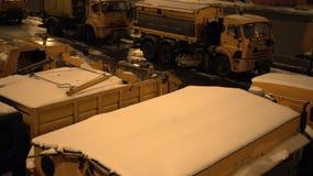 在城市街道上的除雪机机械 充分卡车雪 通过的汽车 夜间 巴厘岛印度尼西亚 影视素材