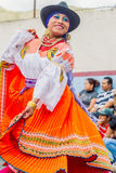 在城市街道上的青年土产妇女跳舞 库存图片