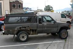在城市街道上的非常生锈的汽车 库存图片