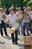 在城市街道上的音乐家 免版税库存照片