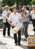 在城市街道上的音乐家 库存照片