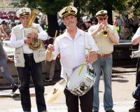 在城市街道上的音乐家 免版税库存图片