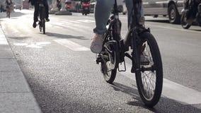 在城市街道上的骑自行车者 t 影视素材
