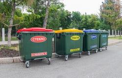 在城市街道上的绿色大型垃圾桶 图库摄影