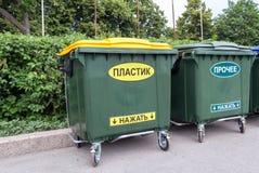 在城市街道上的绿色大型垃圾桶 库存图片