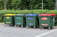 在城市街道上的绿色大型垃圾桶 免版税图库摄影