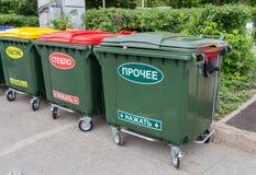在城市街道上的绿色大型垃圾桶 免版税库存照片