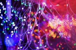 在城市街道的五颜六色的圣诞节照明 免版税库存照片