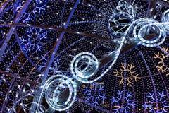 在城市街道的五颜六色的圣诞节照明 免版税库存图片