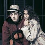 在城市街道的年轻时尚行家夫妇 图库摄影