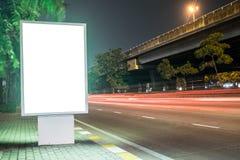 在城市街道的广告牌,黑屏包括的裁减路线 免版税库存图片