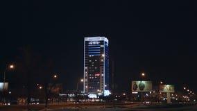 在城市街道的时间间隔交通有摩天大楼广告牌的在晚上 股票录像
