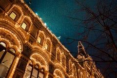 在城市街道的欢乐照明  新年和在多雪的晚上,红场,莫斯科,俄罗斯的圣诞灯装饰 免版税库存照片