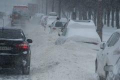 在城市街道的降雪 库存照片