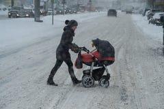 在城市街道的降雪 图库摄影