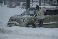 在城市街道的降雪 免版税库存照片