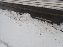 在城市街道的雪灾难 库存图片