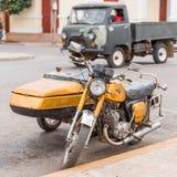 在城市街道,古巴,哈瓦那上的黄色减速火箭的摩托车 特写镜头 免版税库存图片