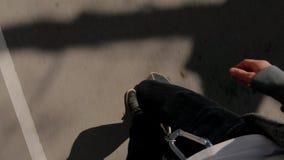 在城市街道,顶视图上的溜冰者 影视素材