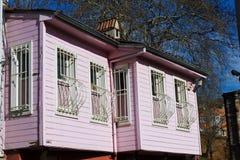 在城市街道-伊斯坦布尔上的五颜六色的房子 免版税库存图片