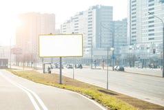 在城市街道Copyspace上的空的广告牌 免版税库存照片