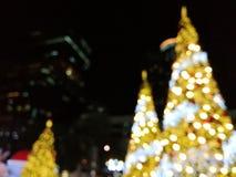 在城市视图的圣诞树光 图库摄影
