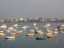 在城市视图的渔夫小船 免版税图库摄影