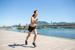 在城市跑的妇女 库存图片