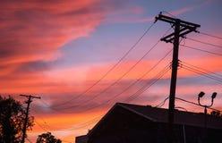 在城市输电线的日出 免版税库存图片