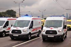在城市运输第一次莫斯科游行的紧急汽车  免版税库存图片