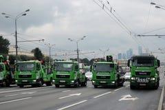 在城市运输第一次莫斯科游行的绿色汽车  库存图片