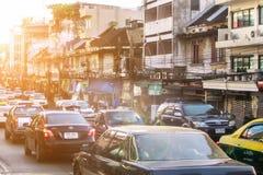 在城市道路的交通堵塞在早晨 免版税图库摄影