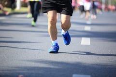 在城市道路的人脚在马拉松连续种族 免版税库存照片