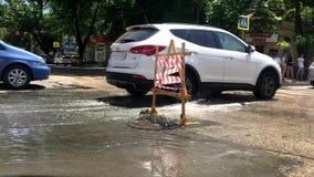 在城市道路的残破的水管 影视素材