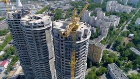 在城市都市背景的未完成的新的塔式大楼 天线, 4k 股票视频
