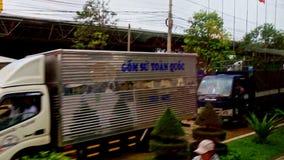 在城市重型卡车交通堵塞人凹道滑行车的洪水 影视素材