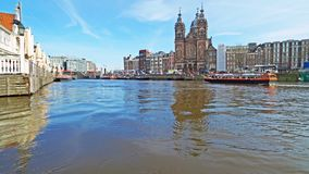 在城市阿姆斯特丹的看法有尼克拉斯教会的在荷兰 图库摄影