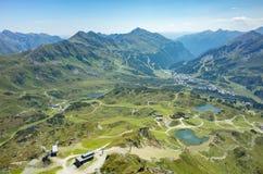 在城市阿尔卑斯的鸟瞰图 图库摄影