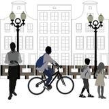 在城市附近的人步行 免版税库存照片
