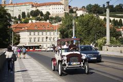 在城市附近的旅客人用途服务白色经典减速火箭的汽车游览 免版税库存图片