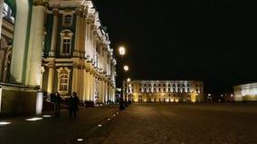 在城市附近的步行在晚上 股票录像