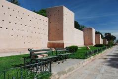 在城市附近马拉喀什的麦地那的中世纪城市墙壁。 免版税库存照片