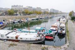 在城市靠码头的小船 免版税库存照片