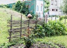 在城市风景的农村篱笆条篱芭 库存照片
