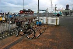在城市骑自行车在购物区排队的neaty 雷克雅未克是一个非常走的或循环的友好的城市 库存照片