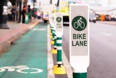 在城市骑自行车车道,自行车的路 免版税库存照片
