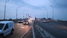 在城市高速公路上的飞机着陆,运输交通黄昏 影视素材