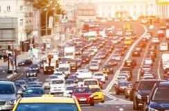 在城市高速公路的交通 免版税库存图片