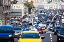 在城市高速公路的交通 库存照片