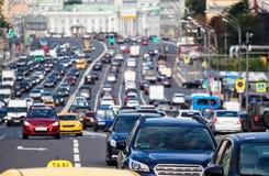在城市高速公路的交通 免版税图库摄影